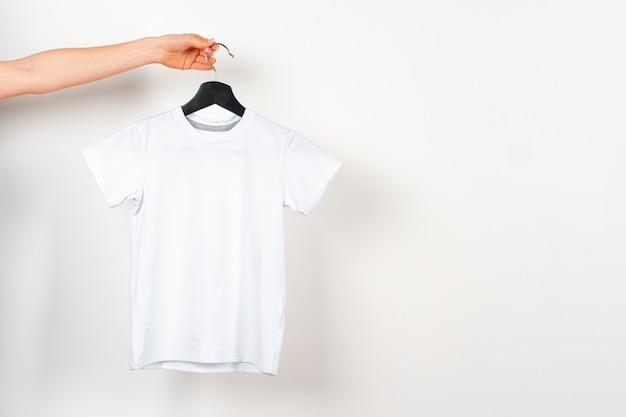 Di una maglietta di colore bianco, copia spazio