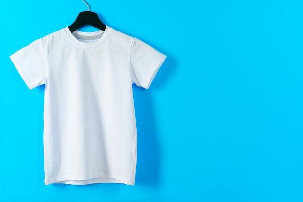 T-shirt di colore bianco con spazio copia per il tuo design