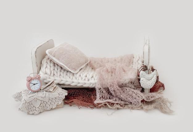 Composito bianco per servizio fotografico neonato con letto, pelliccia e cuscino. sfondo digitale infantile per la fotografia del bambino.