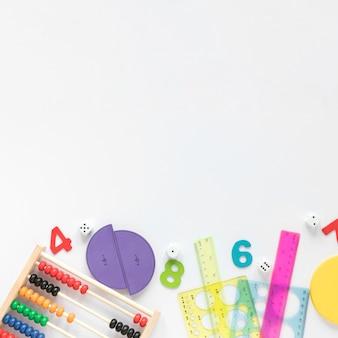 Sfondo bianco copia spazio e materiale scolastico