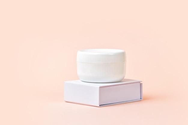 Vaso per crema cosmetica bianco su supporto