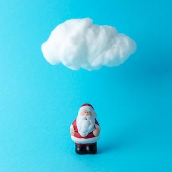 Nuvola in cotone bianco con piccolo babbo natale