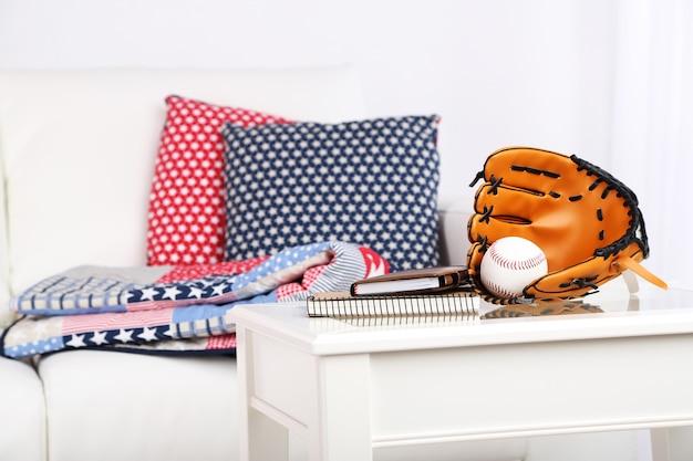 Divano bianco con cuscini multicolori e plaid nel soggiorno moderno