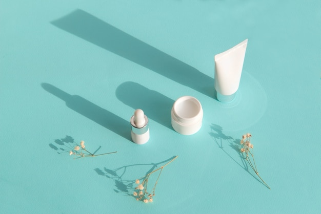 Tubi crema bianchi su carta blu