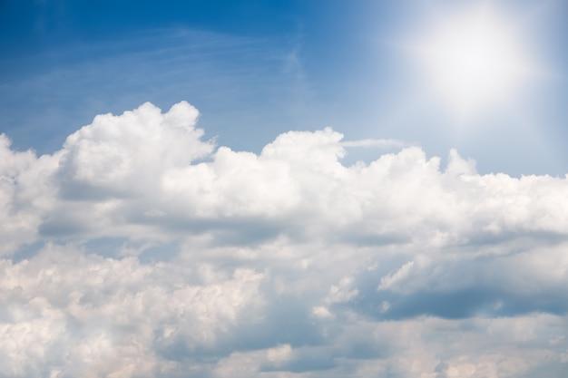 Formazione di nubi cumuliformi bianche nel cielo blu