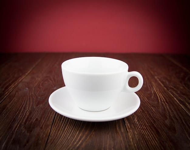 Tazza di caffè bianca sulla tavola di legno Foto Premium