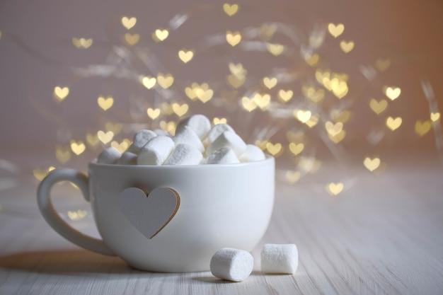 Tazza bianca, cuore, luci e buon umore, marshmallow