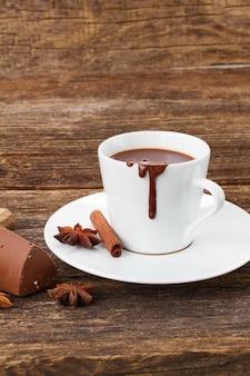Tazza bianca di cioccolata calda da vicino sul tavolo di legno