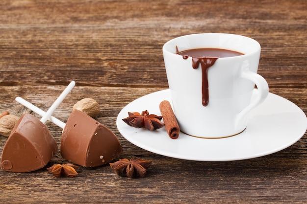 Tazza bianca di cioccolata calda sul tavolo di legno