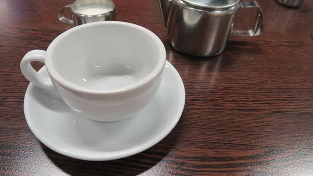 Una tazza bianca messa sul tavolo con tè inglese