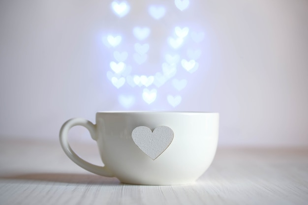 Tazza bianca con cuore e fontana di luci