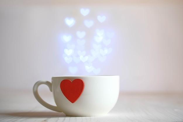 Tazza bianca con cuore rosso e fontana di luci