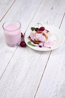 Tazza bianca con yogurt, ciliegie e menta. una meravigliosa colazione e un ottimo inizio di giornata, un'alimentazione sana per dimagrire e migliorare la pelle