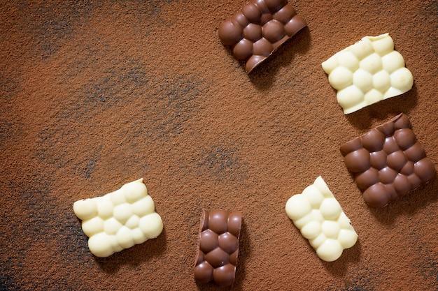 Cioccolato bianco e fondente con cacao in polvere