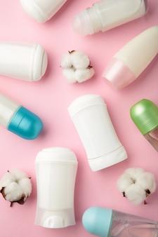 Deodoranti bianchi con cotone.