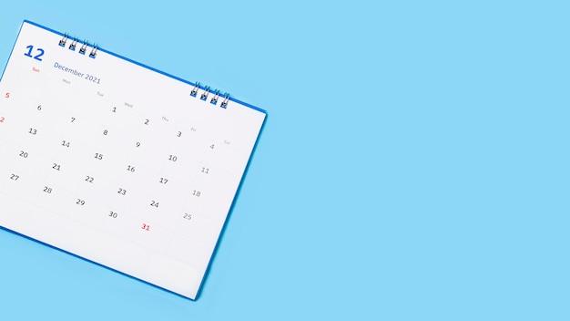 Calendario da tavolo bianco su sfondo blu, concetto di pianificazione