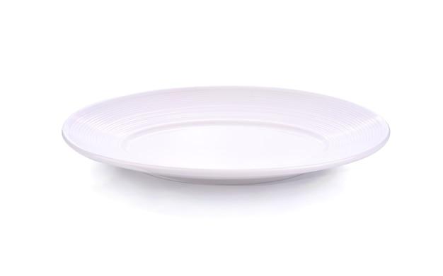 Piatto bianco vuoto isolato su sfondo bianco