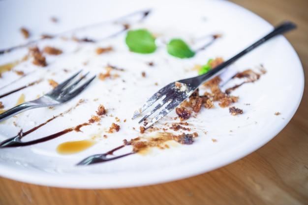 Ritagli di cibo e piatti bianchi dopo aver mangiato.