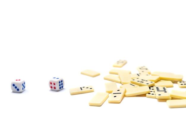 Dadi del domino bianco su sfondo bianco, isolare