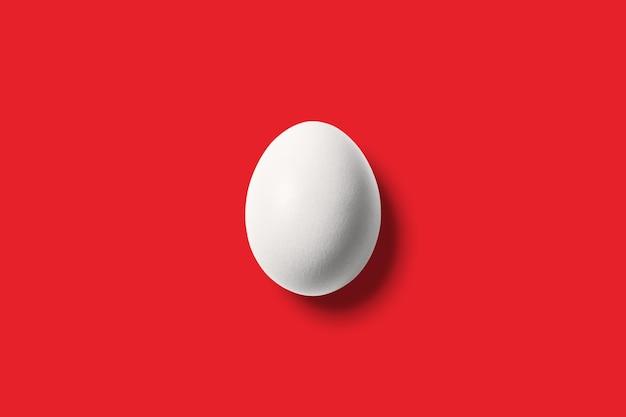 Uovo bianco su rosso vivo.
