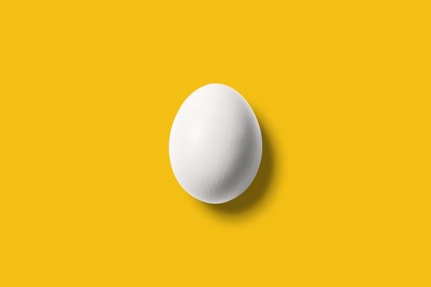 Uovo bianco su giallo brillante.