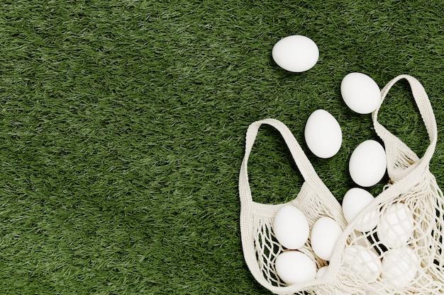 Uova bianche sul prato, acquisti ecologici