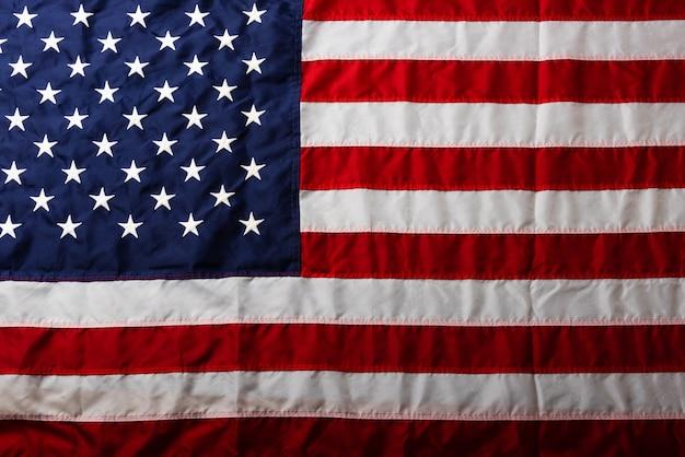 Stella bianca ricamata sull'azzurro della piena bandiera americana degli stati uniti