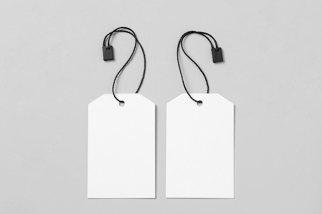 Disposizione di etichette vuote bianche su sfondo bianco