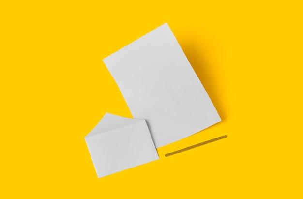 Cancelleria bianca vuota mock up, aggiungi il tuo design. semplice ritorno al concetto di scuola isolato su giallo.