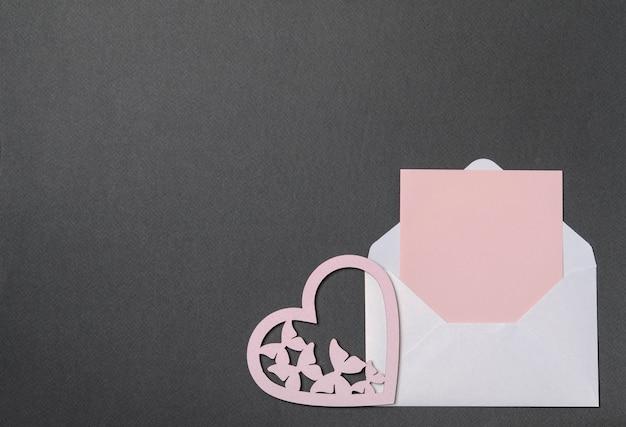 Busta bianca, cartoncino rosa e cuori, complimenti