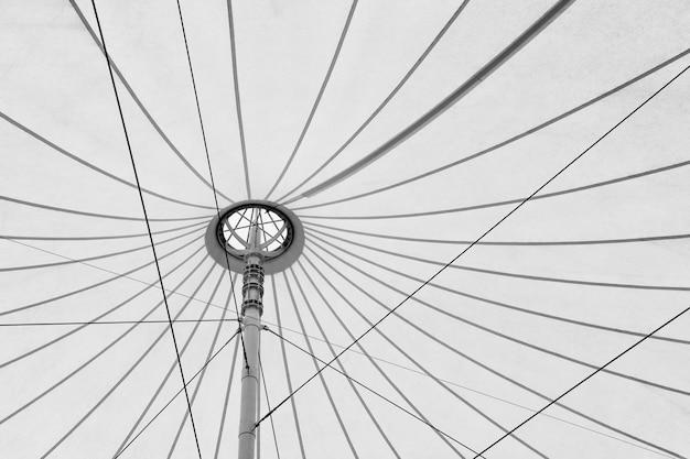 Tettuccio in tessuto bianco, tetto in tela e fondo della struttura in acciaio in tonalità di grigio