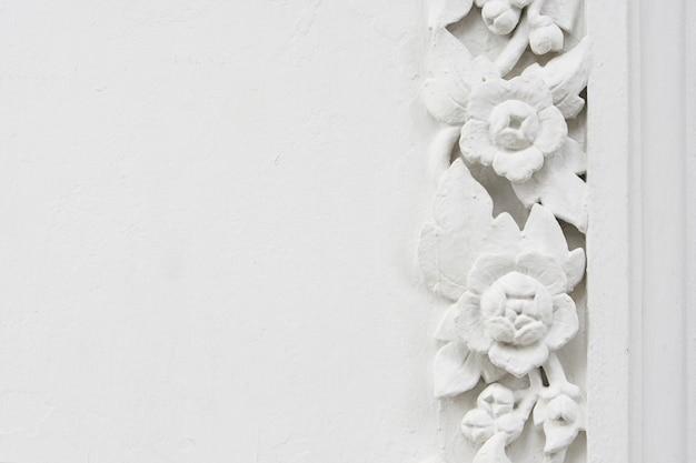 Bassorilievo in stucco di fiori bianchi