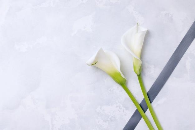Callas fiori bianchi con nastro in lutto