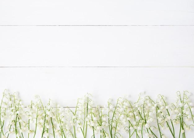 Fiori bianchi su uno sfondo bianco di legno