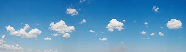 Soffici nuvole bianche nel cielo azzurro. sfondo di bel tempo estivo.