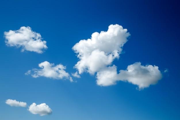 Bianche, soffici nuvole nel cielo blu. sfondo dalle nuvole.