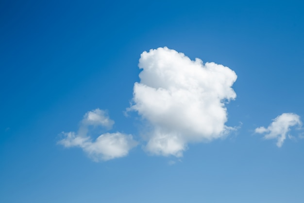 Soffici nuvole bianche nel cielo blu