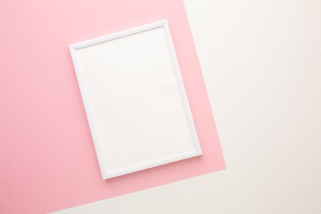 Cornice bianca su sfondo colorato con posto per il testo. foto di alta qualità