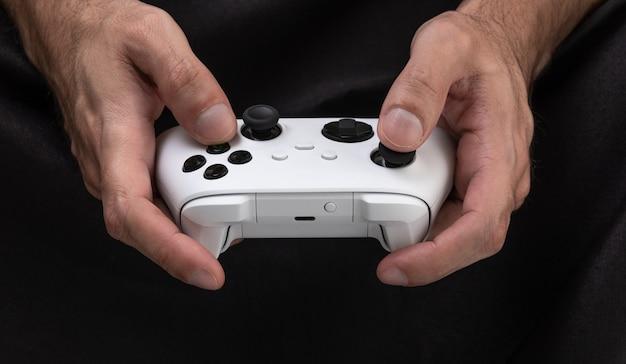 Controller bianco di nuova generazione nelle mani dell'uomo
