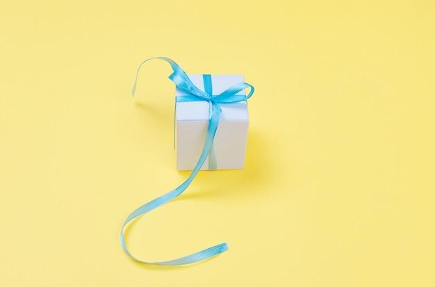 Scatola regalo bianca con nastro blu