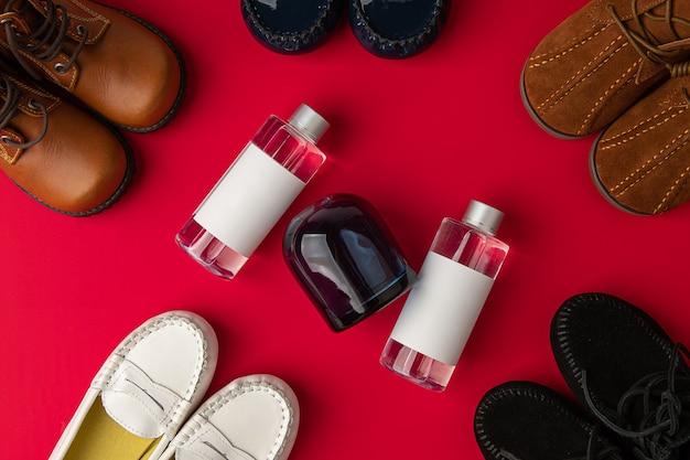 Viene posizionata una bottiglia di vetro bianco di deodorante per ambienti lo sfondo è di consistenza rossa