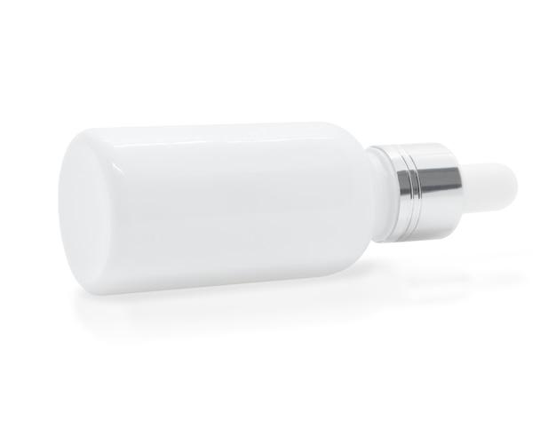 Bottiglia di siero contagocce in vetro bianco su sfondo bianco, mockup per la progettazione di prodotti cosmetici