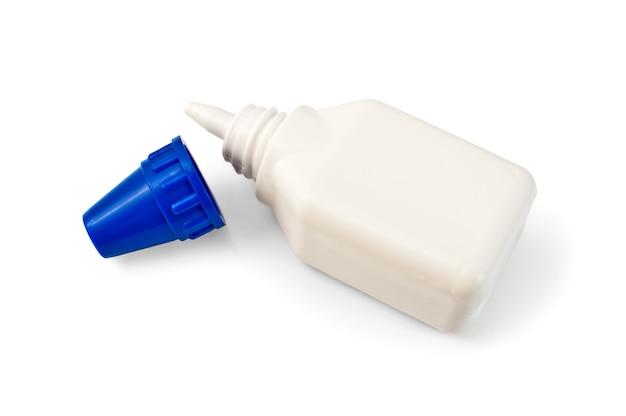 Bottiglia di colla bianca isolata su sfondo bianco