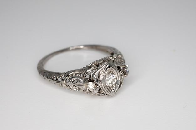 Anello in oro bianco con diamante su fondo grigio. gioielli preziosi