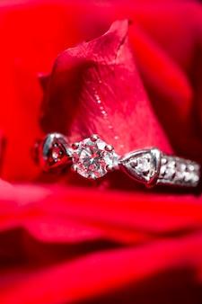 Anello in oro bianco con diamanti in petali di rosa rossa