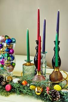 Pianoforte a coda bianco decorato in stile capodanno, albero di natale, giocattoli e palle di natale, candele e macarons