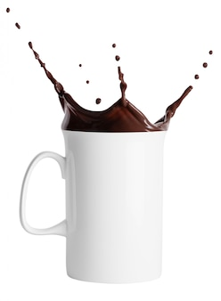 Tazza bianca alta con spruzzi di cioccolata calda