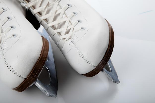 Scarpe da pattino da ghiaccio bianche isolate su bianco