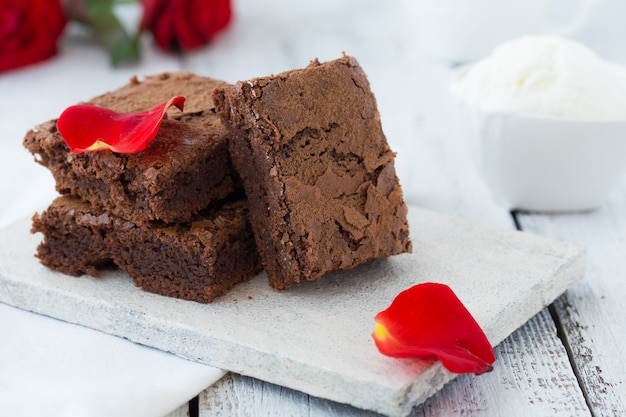 Bianco muro isolato con tracciati di ritaglio brownies al cioccolato fondente fatti in casa e menta delizioso dolce amaro e fondente. il brownie è un tipo di torta al cioccolato. tono vintage.