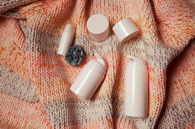 Vasetti bianchi per creme e cosmetici